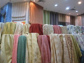 ร้านผ้าม่าน มีผ้าโชว์เป็นม้วนๆ เห็นลวดลายผ้าแบบเต็มๆ