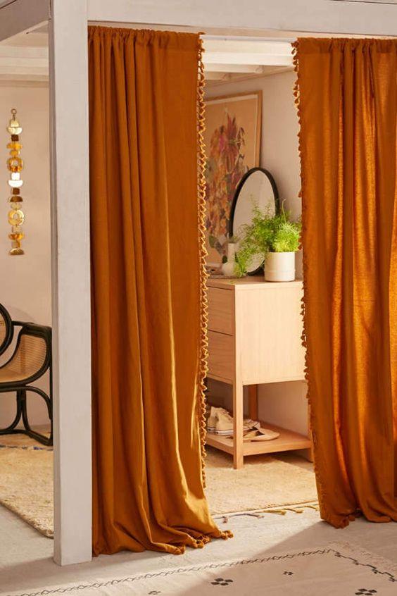 """สีผ้าม่านที่มีโทนสีทองจะทำให้บ้านดูสวยหรู """"Elegant"""" ดูมีสไตล์ ส่วนผ้าม่านส้มเป็นสีอุ่น ทำให้บ้านดูมีชีวิตชีวา มีพลัง ช่วยกระตุ้นผู้ที่อยู่อาศัยให้มีแรงเดินหน้าและประสบความสำเร็จในชีวิต ตามหลักการโหราศาสตร์ สีส้มและสีทองเป็นสีศิริมงคลที่จะช่วยนำโชคลาภและเรียกทรัพย์ให้เจ้าของบ้านที่เกิดวันอังการ"""