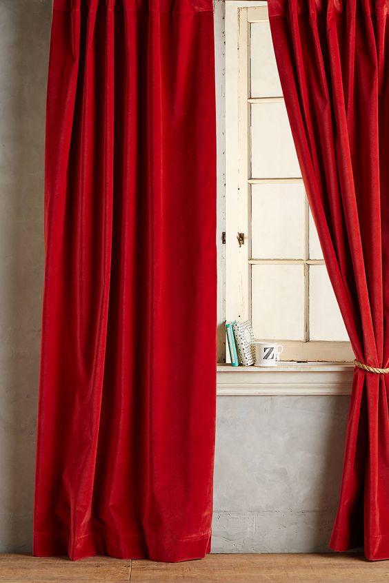 ผ้าม่านสีแดงนำโชคลาภให้คนที่เกิดวันพฤหัส