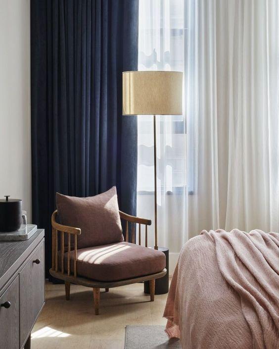 ผ้าม่านสีที่น้ำเงินและสีฟ้า ทำให้บ้านดูมีบรรยากาศร่มเย็น ช่วยยกระดับคุณภาพของการพักผ่อน เหมาะสำหรับห้องนอนโดยเฉพาะ ตามหลักการโหราศาสตร์ โทนสีน้ำเงินและสีฟ้าเป็นสีศิริมงคลที่จะช่วยนำโชคลาภและเรียกทรัพย์ให้เจ้าของบ้านที่เกิดวันเสาร์