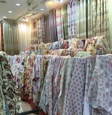 ร้านผ้าม่าน พาหุรัด มีหลากหลายรูปแบบ มีแบบจำหน่ายผ้าม่านสำเร็จรูปและมีแบบรับตัดผ้าม่านตามสั่ง มีแบบขายส่งผ้าม่านยกม้วนและแบบตัดผ้าแบ่งขาย