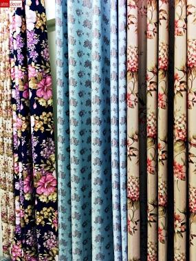 ผ้าม่านสวยด้วยผ้าม่าน ATM Decor บริษัทขายส่งและปลีกผ้าทำม่าน Fabric Plus อยู่พาหุรัด จำหน่ายผ้าสำหรับตัดเย็บผ้าม่านในคุณภาพเกรด A ราคาโรงงาน ในรูปนี้มีผ้าม่านตัดเย็บสำเร็จ แบบไร้รอยต่อ เพราะตัดเย็บด้วยผ้าที่มีหน้ากว้าง 2.80 เมตร เป็นผ้าชนิดกันแสง Blackout ผ้าม่านชนิดกันแสงจะมีทั้งแบบสีพื้นและแบบมีลวดลาย ในรูปเป็นผ้าม่านกันแสง Blackout ลายดอกไม้ใหญ่ และลายดอกไม้เล็ก