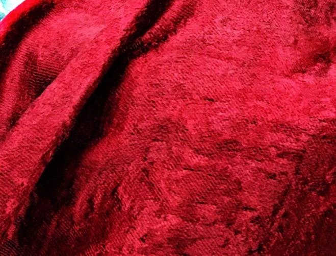 ตัดเย็บผ้าม่านด้วย ผ้ากำมะหยี่ ซึ่งเป็นชนิดผ้าที่เหมาะกับการตัดเย็บผ้าม่าน มีเนื้อหนาและหนัก ไม่ค่อยระบายอากาศ แต่มีสีที่สะท้อนแสงประกาย ทำผ้าม่านได้สวยหรูมาก
