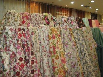 ผ้าม่านวินเทจ โชว์เป็นม้วนในร้านผ้าม่าน แฟบริค พลัส ตลาดพาหุรัด