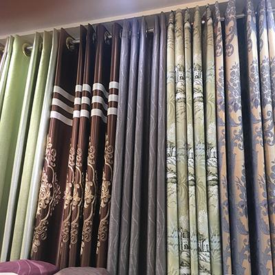 การติดผ้าม่านให้สวยควรติดแบบให้ผ้าม่านดูสูงเพื่อให้บ้านดูสูงใหญ่