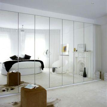 กระจกบานใหญ่ ทำให้ห้องดูปลอดโปร่ง โล่งโถง