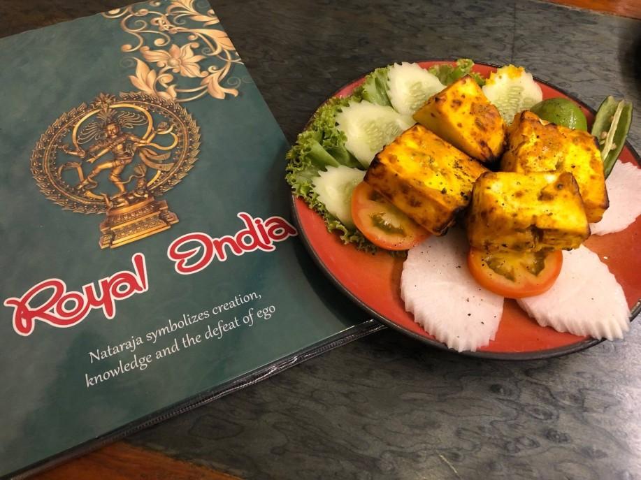 นอกจากเป็นแหล่งซื้อผ้าม่าน พาหุรัดยังเป็นแหล่งอาหารอินเดียอีกด้วย