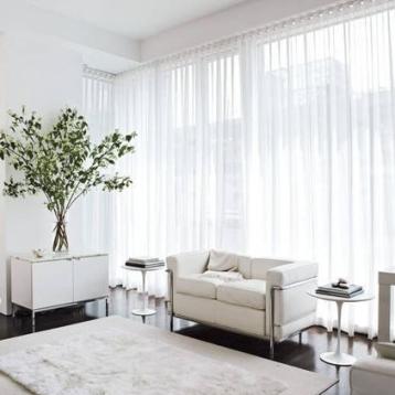 ผ้าม่านโปร่ง ทำให้หน้าตาห้องซอฟท์ สีขาวออฟไวท์ทำให้บ้านมีบรรยากาศปลอดโปร่ง