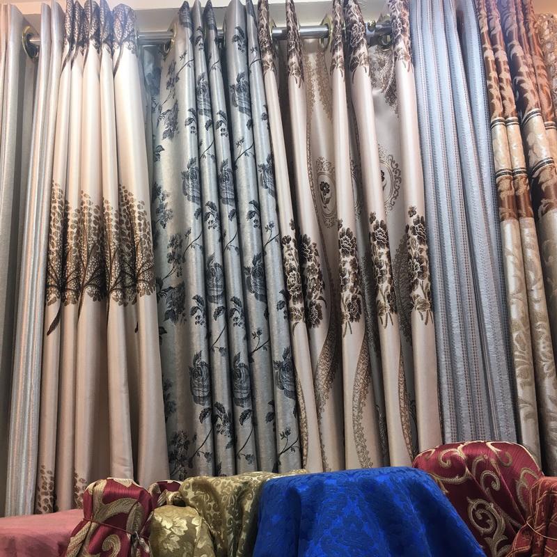 ร้านผ้าม่าน แฟบริค พลัส ผ้าม่านตาไก่ในร้าน จัดวางลวดลายสวยงาม
