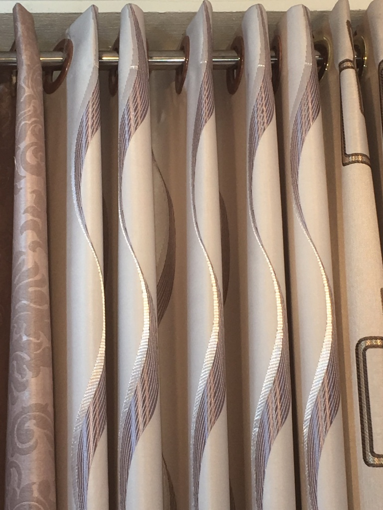 ผ้าม่านไร้รอยต่อ มีลวดลายต่อเนื่องตลอดผืน การจัดลอนจะง่ายเพราะสามารถจัดตามดีไซน์ผ้า