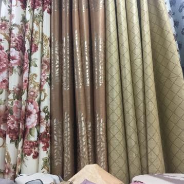 ผ้าม่านสวยๆมากมาย เย็บเป็นตัวอย่างให้เห็นลวดลาย หน้าร้านมีผ้าโชว์เป็นม้วนๆ